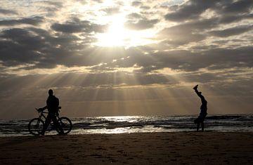 spelen op het strand van Gerda Guichelaar