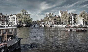 Boote auf der Amstel in Amsterdam, monochrom von Rietje Bulthuis