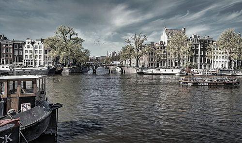 Boten op de Amstel in Amsterdam, monochroom