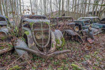 Verlassener Oldtimer in den Wäldern von Lien Hilke