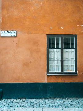 Orangefarbene Fassaden von Häusern in Gamla Stan, Stockholm (Schweden) von Michiel Dros
