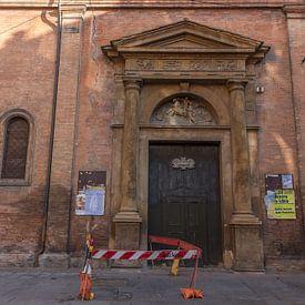 Deur van kerk in centrum van Bologna van Joost Adriaanse