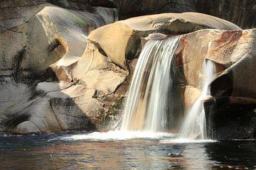 Waterval in Telemark Noorwegen van Charlotte Bakker