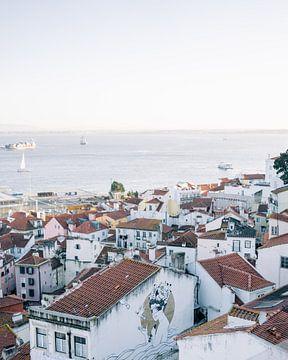 Uitzicht over Lissabon ᝢ wit stadszicht reisfotografie Portugal Europe photography print
