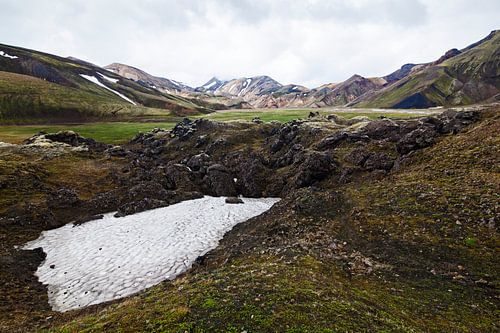 Landmannalaugar bergen, sneeuw en groen van