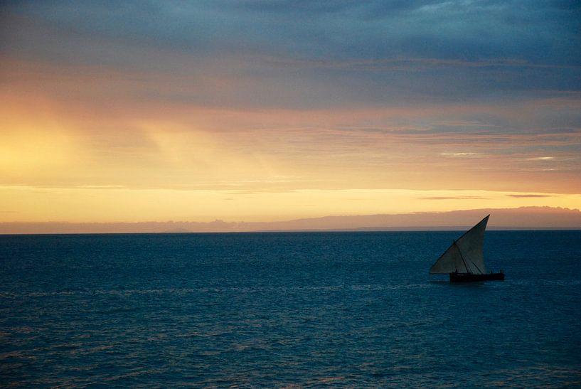 Vissersbootje tegen de zonsondergang in Zanzibar van Paul Riedstra