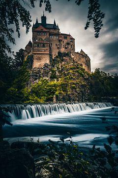 EIne tolle Deutsche Burg hinter einem Fluss mit Wehr. Sie heist Burg Kriebstein von Jan Wehnert