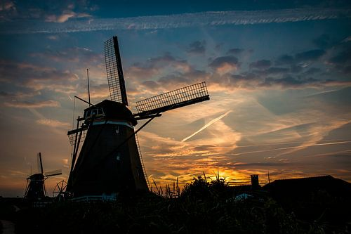 Nederlandse molens in het avondlicht van
