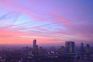 Karmozijn gekleurde lucht boven Rotterdam van