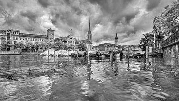 Malerische Altstadt von einem Fluss aus gesehen in Zürich von Tony Vingerhoets