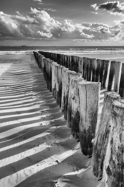 Wellenbrecher in Schwarz und Weiß von Zeeland op Foto