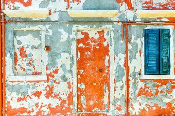Diese Wand auf der sonst farbenfrohen Insel Burano in Venedig hat einen neuen Anstrich nötig von Lars-Olof Nilsson