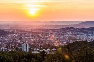 Vue du Birkenkopf sur Stuttgart au lever du soleil sur Werner Dieterich