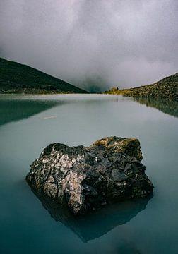 Bergsee am Gletscher mit Fels im Kaukasusgebirge in Georgien an grauem, dunklem Tag von Robin Patijn