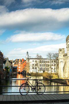 fiets tegen brug in Gent van I Baay