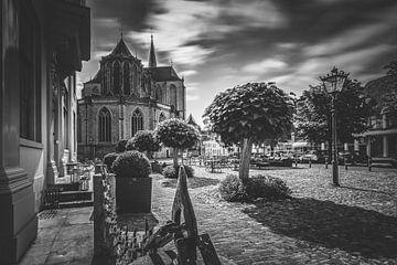 Schwarzes weißes Bild von Koornmarkt-Quadrat in alter hanseatic Stadt von Kampen von Fotografiecor .nl