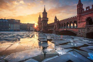 Berlin Oberbaumbrücke mit Eis auf der Spree von Jean Claude Castor