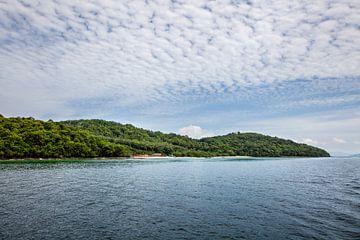 Schönes kristallklares Wasser in der Pileh Bay bei Phuket, Thailand von Tjeerd Kruse
