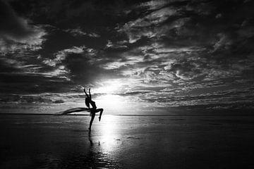 Akt auf die waddensee mit einem Tuch bei Sonnenuntergang von Arjan Groot