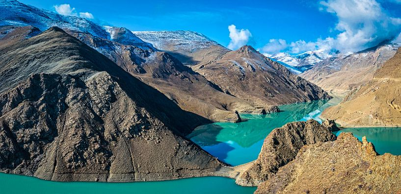 Turquoise water van het Yamdrok meer in Tibet van Rietje Bulthuis