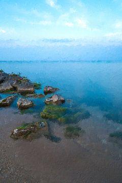 Blauwe zee met stenen van Digitale Schilderijen