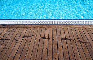 Abstract zwembad met hout van Sigrid Klop