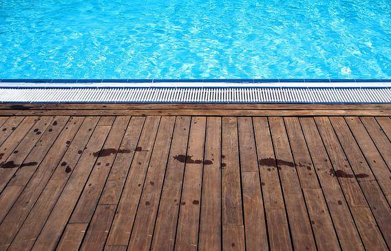 Abstract zwembad met hout