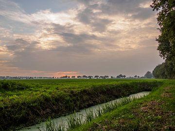 Sloot langs weide bij zonsondergang van Frank Hoekzema
