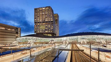 Twilight view op Utrecht Centraal Station. van Tony Vingerhoets
