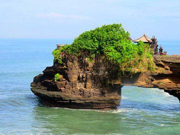 De mysterieuze tempel Tanah Lot op Bali van Thomas Zacharias