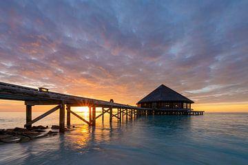 Zonsondergang strandhuis Malediven van Laura Vink