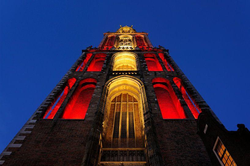 Rood-witte Domtoren gezien vanuit Servetstraat in Utrecht van Donker Utrecht