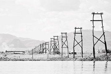 Elektriciteitsmasten in Inle Lake - Myanmar van RUUDC Fotografie