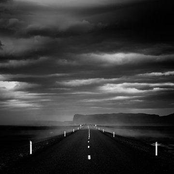 The dark road - Iceland sur Arnold van Wijk