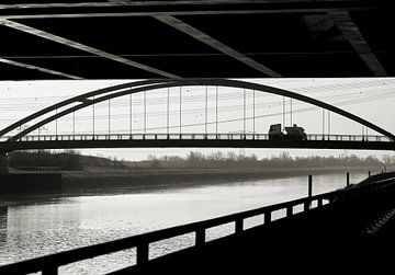 Blick auf eine Brücke an der Elbe bei Magdeburg schwarzweiß von Heiko Kueverling