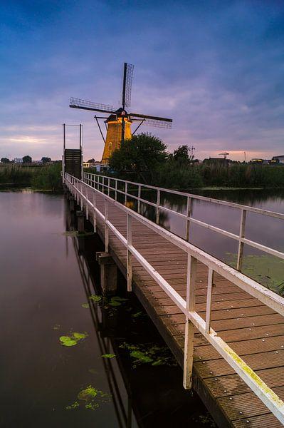 Een brug te ver? - Kinderdijk van Jan Koppelaar
