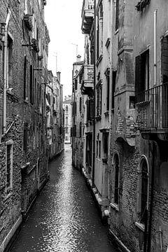 Smal kanaal in Venetië van Albert Mendelewski