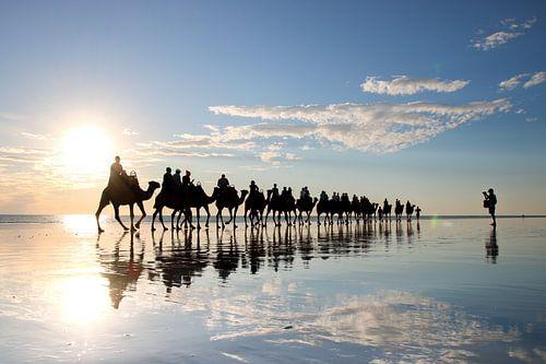 Kamelen en Fotograaf: Spiegeling bij Zonsondergang op Strand van Broome, Australië