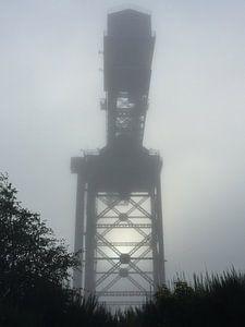 hijskraan in de mist