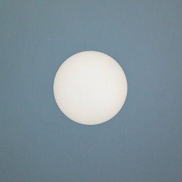 Zon centraal tegen een grijs/blauwe achtergrond van Art by Jeronimo