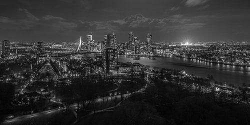 Het uitzicht op Rotterdam-Zuid met de verlichte De Kuip