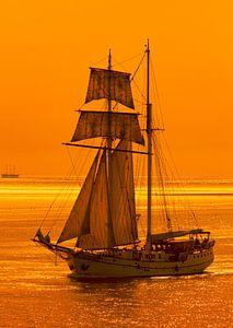 Zeilschip op de Waddenzee. van