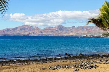 Strand van Puerto del Carmen op het Canarische eiland Lanzarote van Reiner Conrad