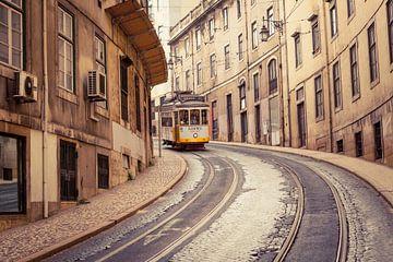 Straat met tram, Lissabon van Marcel Bakker