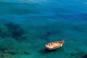 Bootje in Griekse wateren van Studio Heyki