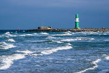 Mole und Wellen an der Ostseeküste in Warnemünde von Rico Ködder
