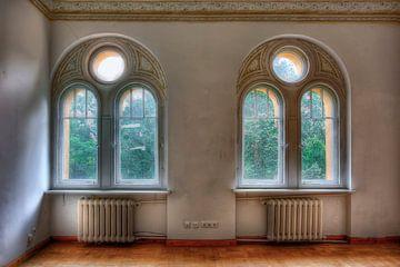 Lost Place - Rundbogenfenster von Sabine Wagner