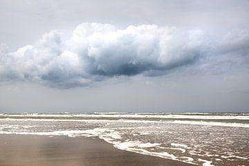 Zee met wolk en blauwe lucht op schiermonnikoog van Karijn Seldam