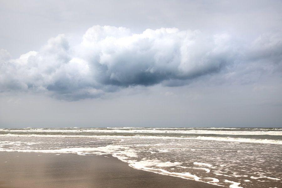 Zee met wolk en blauwe lucht op schiermonnikoog