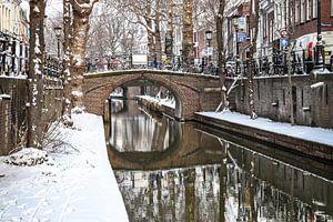 Sneeuw op de kade van de Nieuwe Gracht en Magdalenabrug in Utrecht